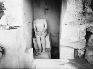G 4000, Hemiunu, corridor chapel, serdab behind north niche, seated statue of Hemiunu (Hildesheim 1962) in situ, looking west